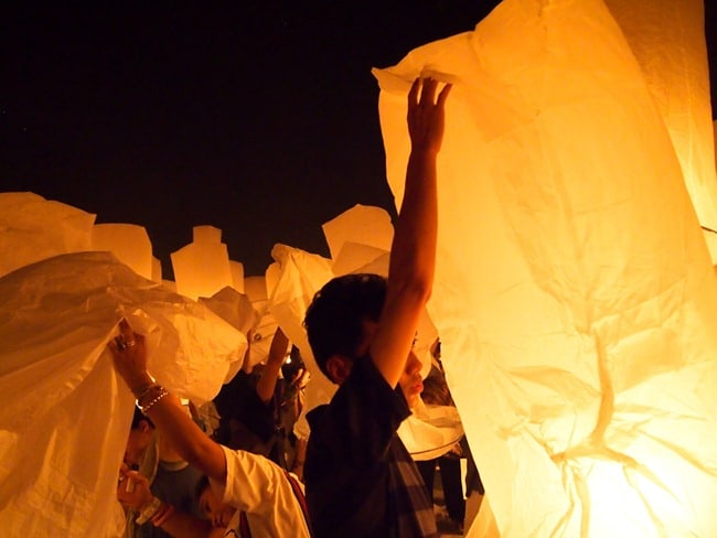 Lighting lanterns, Mae Jo