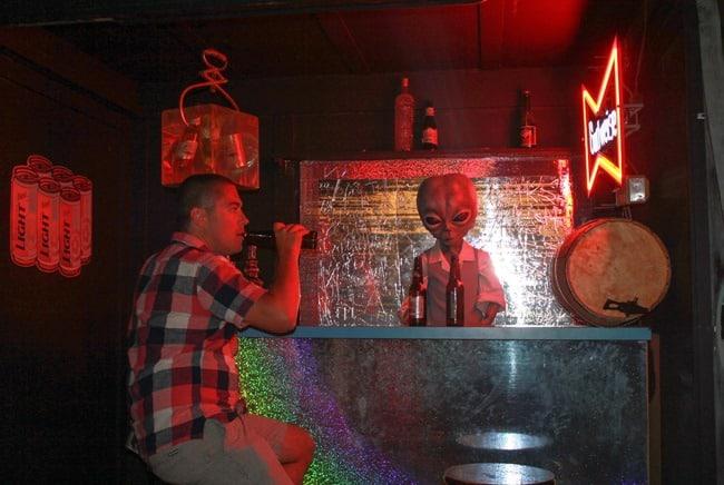 Bar alien 1