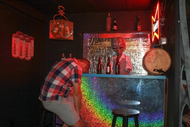 Bar alien 2